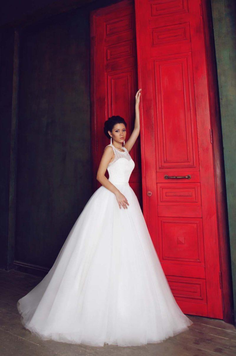 Торжественное свадебное платье с округлым вырезом, изящной спинкой и пышным низом.