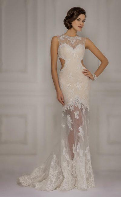 Свадебное платье бежевого цвета с вырезами на боках корсета и полупрозрачной юбкой.
