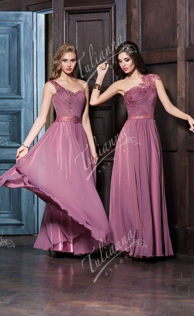 Прямое вечернее платье с глянцевым поясом и асимметричным верхом.