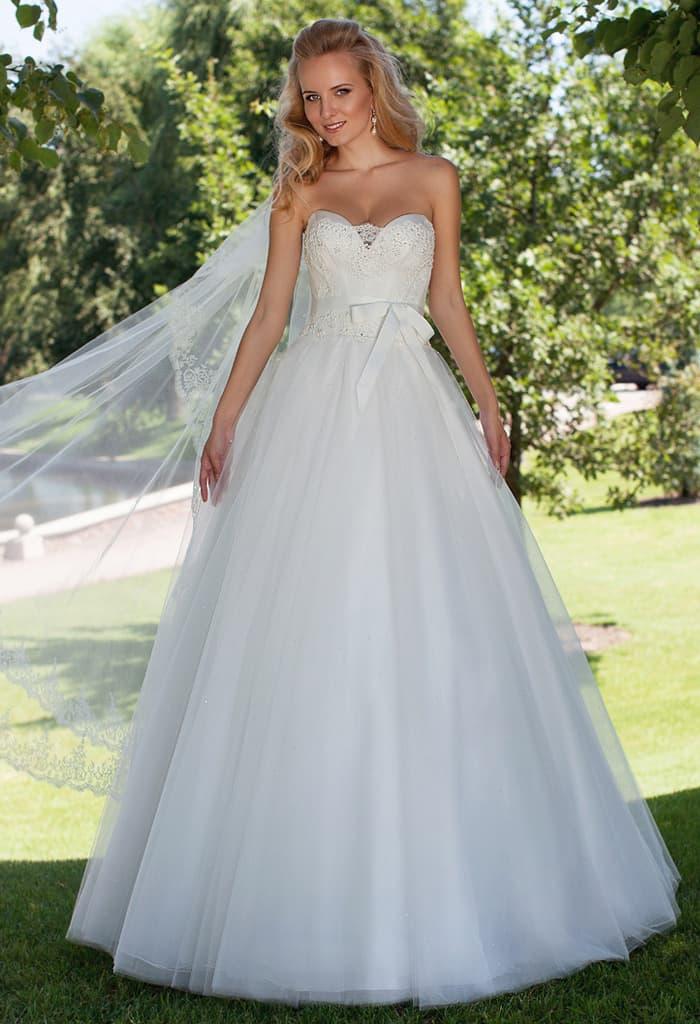 Открытое свадебное платье с кокетливым поясом на талии и лифом в форме сердца.