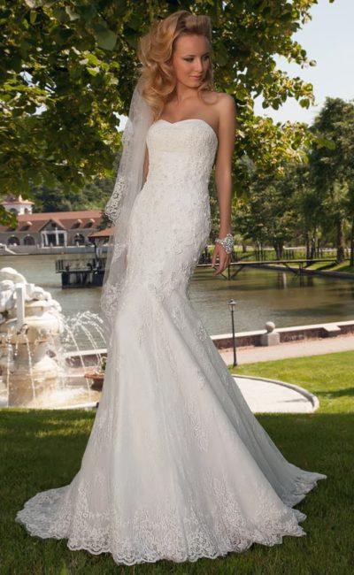 Фактурное свадебное платье облегающего кроя со шлейфом и открытым лифом сердечком.