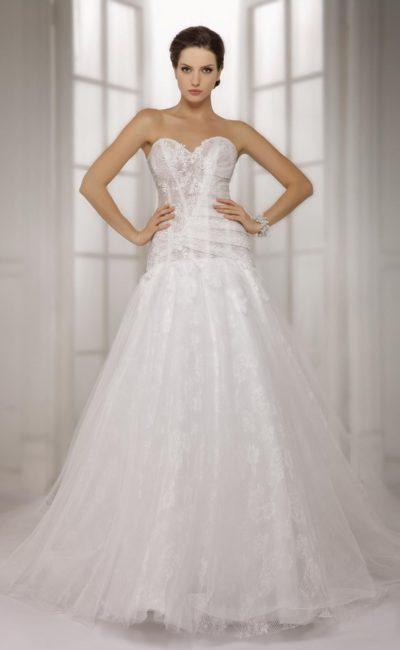 Свадебное платье с многослойным подолом и тонким кружевным корсетом с открытым лифом.