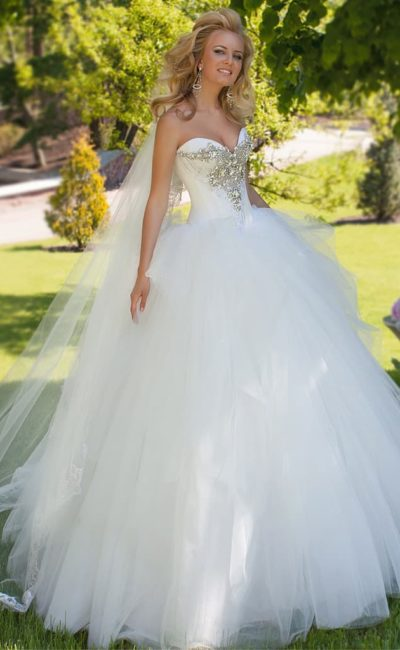 Роскошное свадебное платье пышного кроя с вышивкой из крупных стразов по лифу в форме сердца.