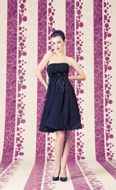 Открытое вечернее платье с прямым декольте и юбкой до колена.