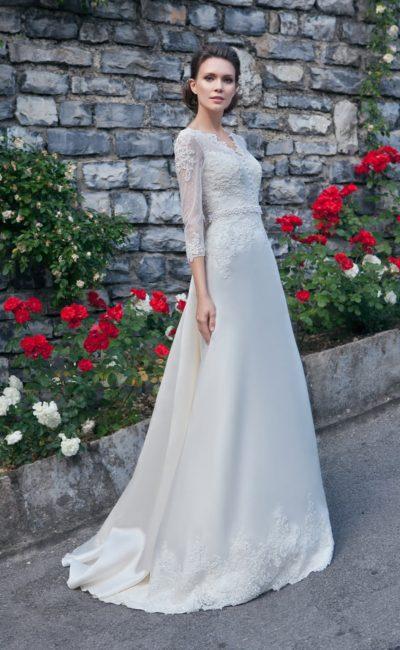 Свадебное платье с атласной юбкой «трапеция» и фактурным кружевным лифом с рукавами.