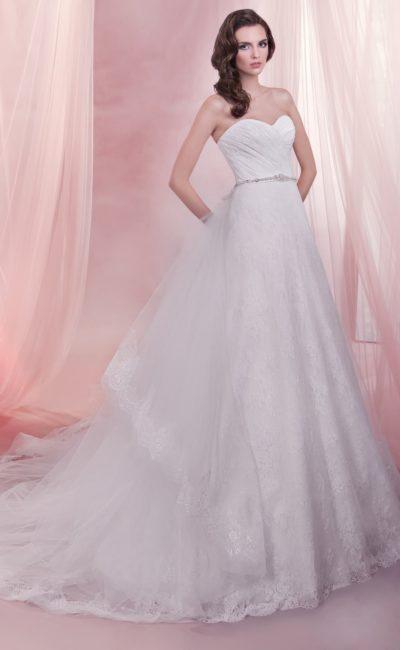 Свадебное платье с многослойной юбкой «трапеция» и элегантным корсетом с драпировками.