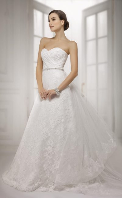 Кружевное свадебное платье с открытым лифом в форме сердца, декорированным драпировками.