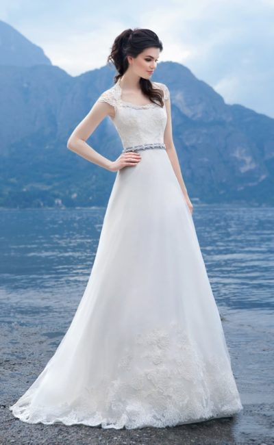 Свадебное платье «принцесса» с широкими кружевными бретелями и атласным поясом с бисером.