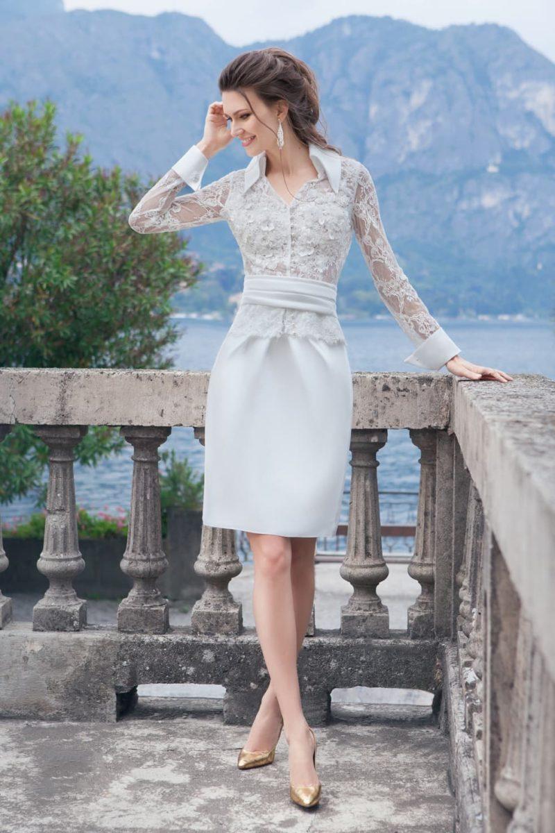 Стильное свадебное платье-футляр с острым воротником и фактурными рукавами.