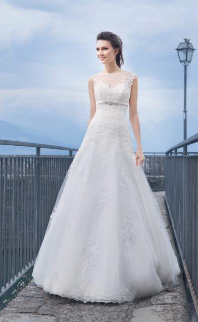 Стильное свадебное платье с узким поясом и открытой глубоким вырезом на спинке.