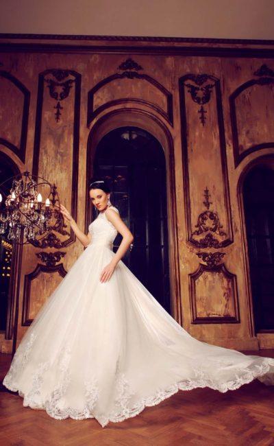 Пышное свадебное платье с открытой спинкой, украшенной кружевом по краям выреза.