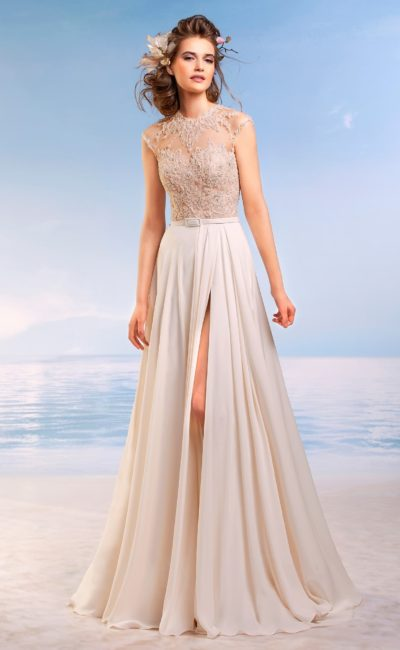 Изысканное свадебное платье романтичного пышного кроя с узким атласным поясом на талии.