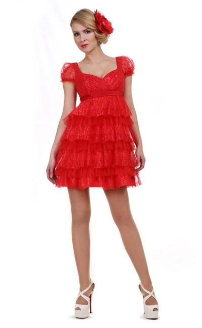 Алое вечернее платье с кокетливыми оборками по юбке с высокой талией.