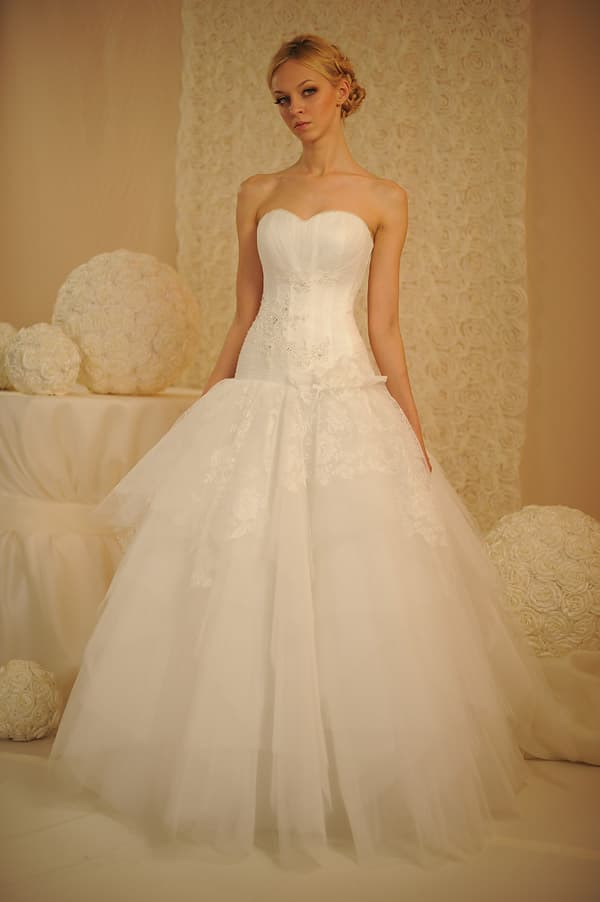 Открытое свадебное платье с заниженной талией и юбкой из легкого тюльмарина.