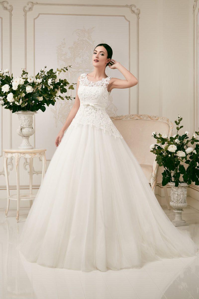 Пышное свадебное платье с бисерной отделкой пояса и закрытым кружевным лифом.