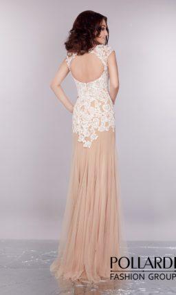 Элегантное вечернее платье пудрового оттенка с нежной кружевной отделкой по всему верху.