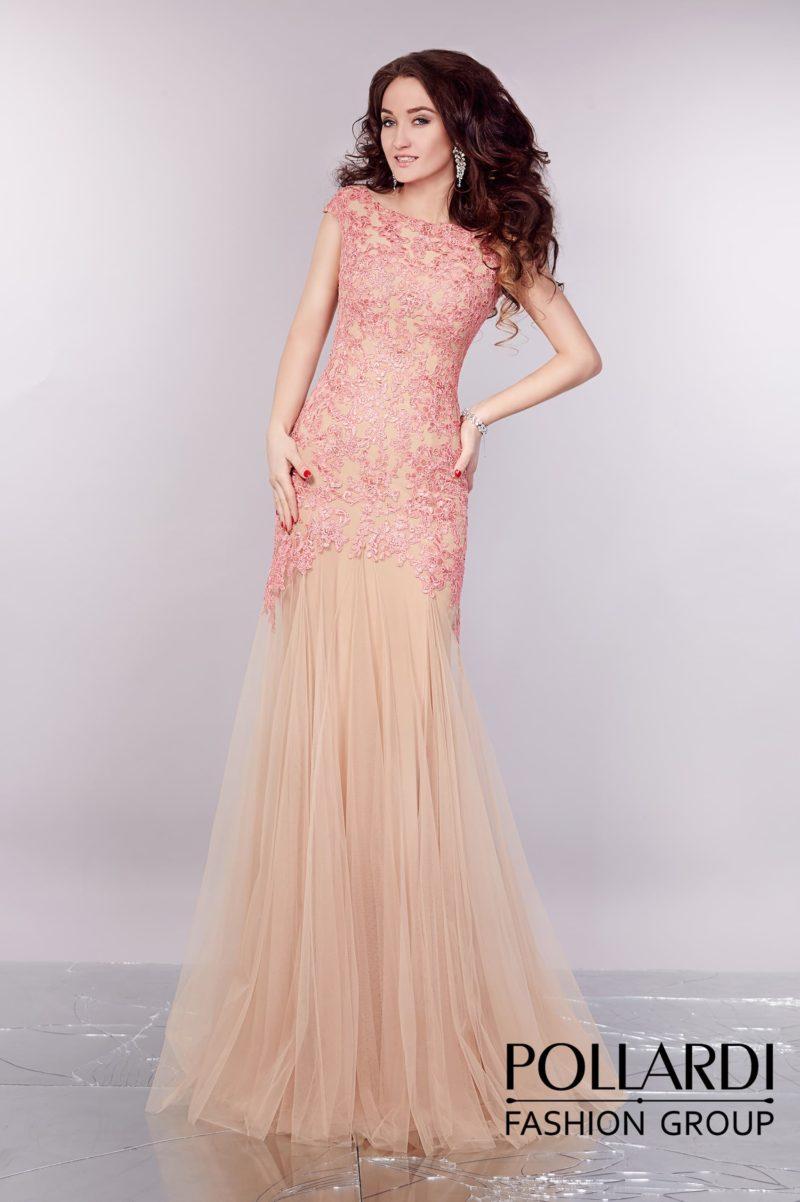 Романтичное вечернее платье с бежевой подкладкой и розовой сияющей отделкой.