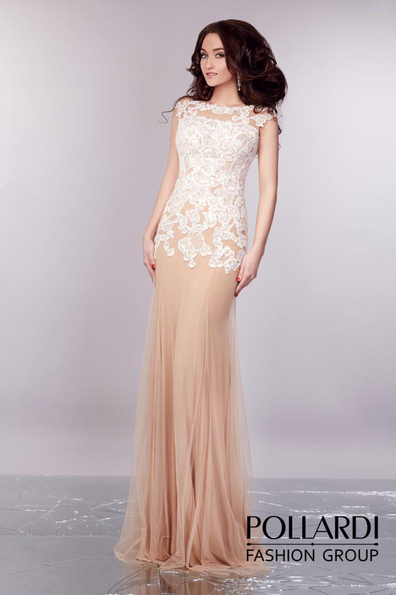 Бежевое свадебное платье с прямой многослойной юбкой и закрытым верхом с кружевом.