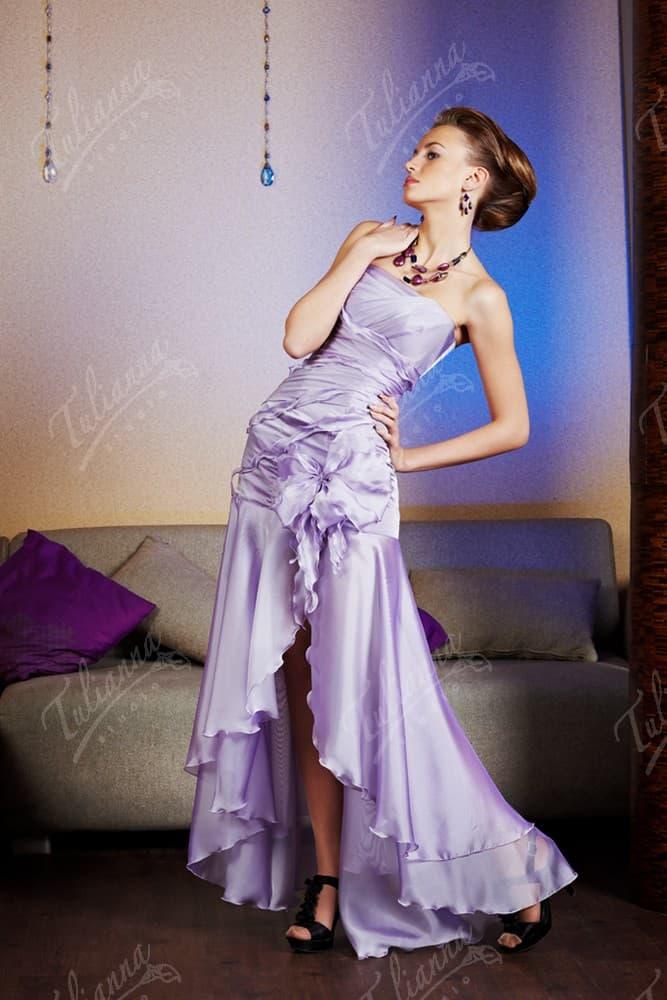 Лавандовое вечернее платье с фигурным вырезом спереди по подолу.