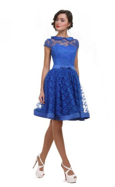 Короткое вечернее платье с оригинальным округлым воротничком.
