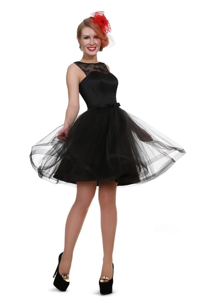Черное вечернее платье с кружевной вставкой на лифе и воздушной юбкой.
