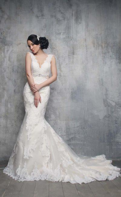 Ажурное свадебное платье с V-образным вырезом и юбкой «русалка» с многослойным шлейфом.