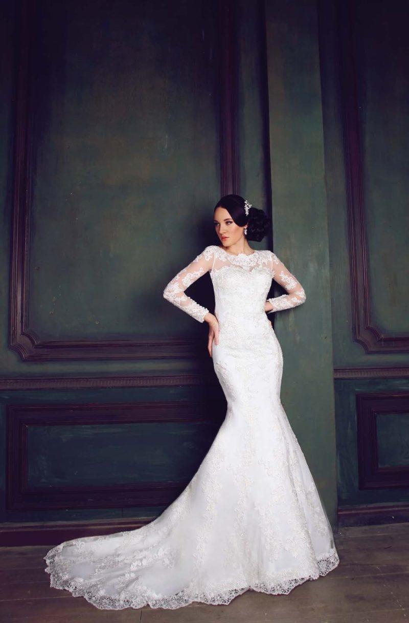 Чувственное свадебное платье «русалка» с закрытым верхом и длинными кружевными рукавами.
