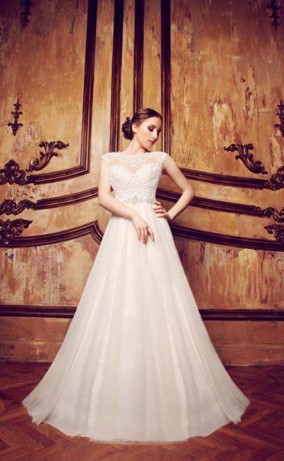 Утонченное свадебное платье «принцесса» с кружевной отделкой тонкой вставки над декольте.
