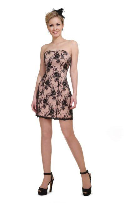 Открытое вечернее платье с прямым лифом и юбкой до середины бедра.