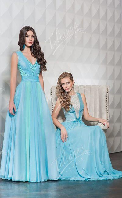 Прямое вечернее платье нежного голубого цвета с изящным вырезом.