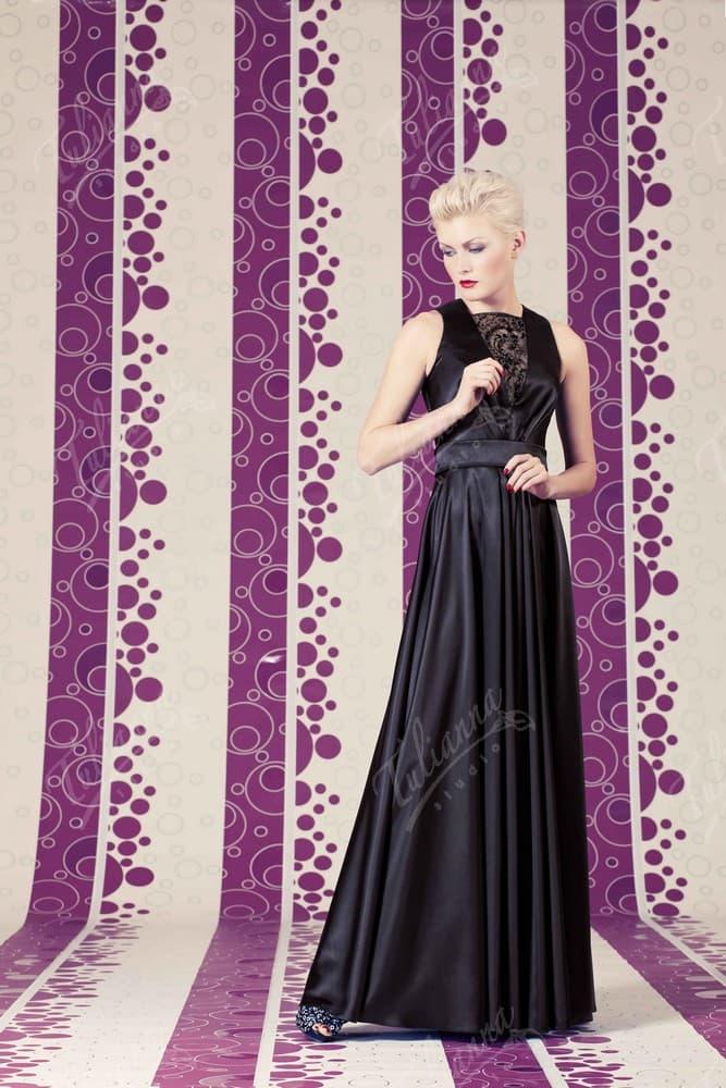 Прямое вечернее платье с кружевной отделкой выреза декольте.