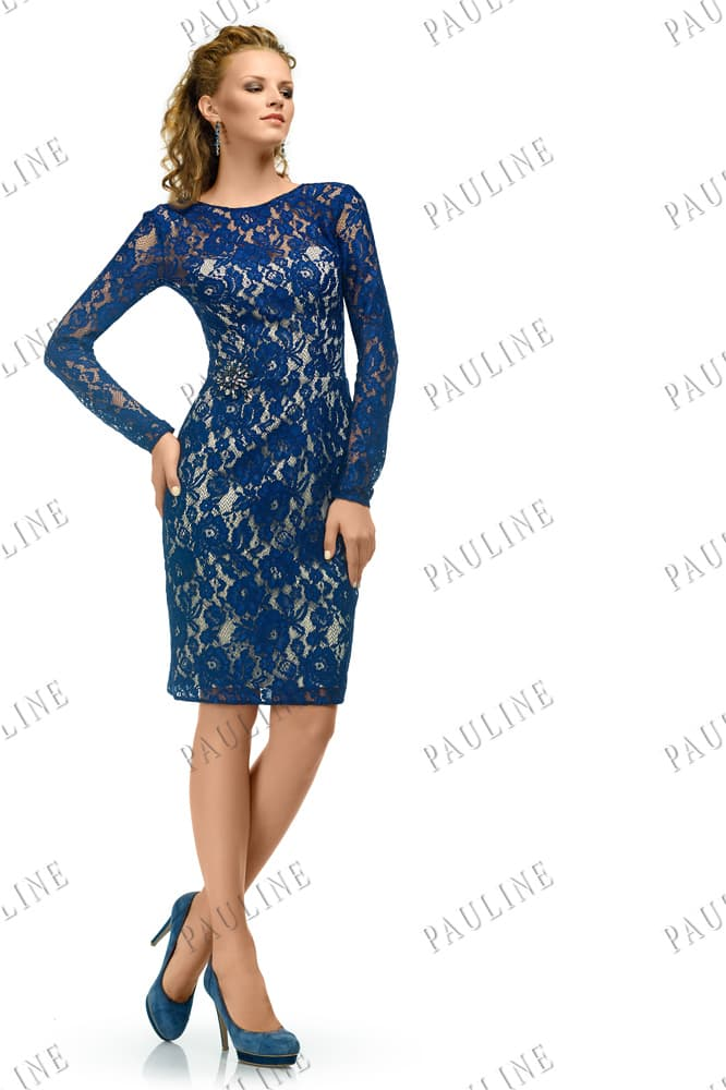 Короткое вечернее платье, декорированное синим кружевом по всей длине.
