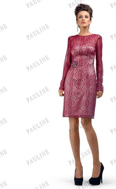 Короткое вечернее платье прямого кроя, декорированное бордовым кружевом.