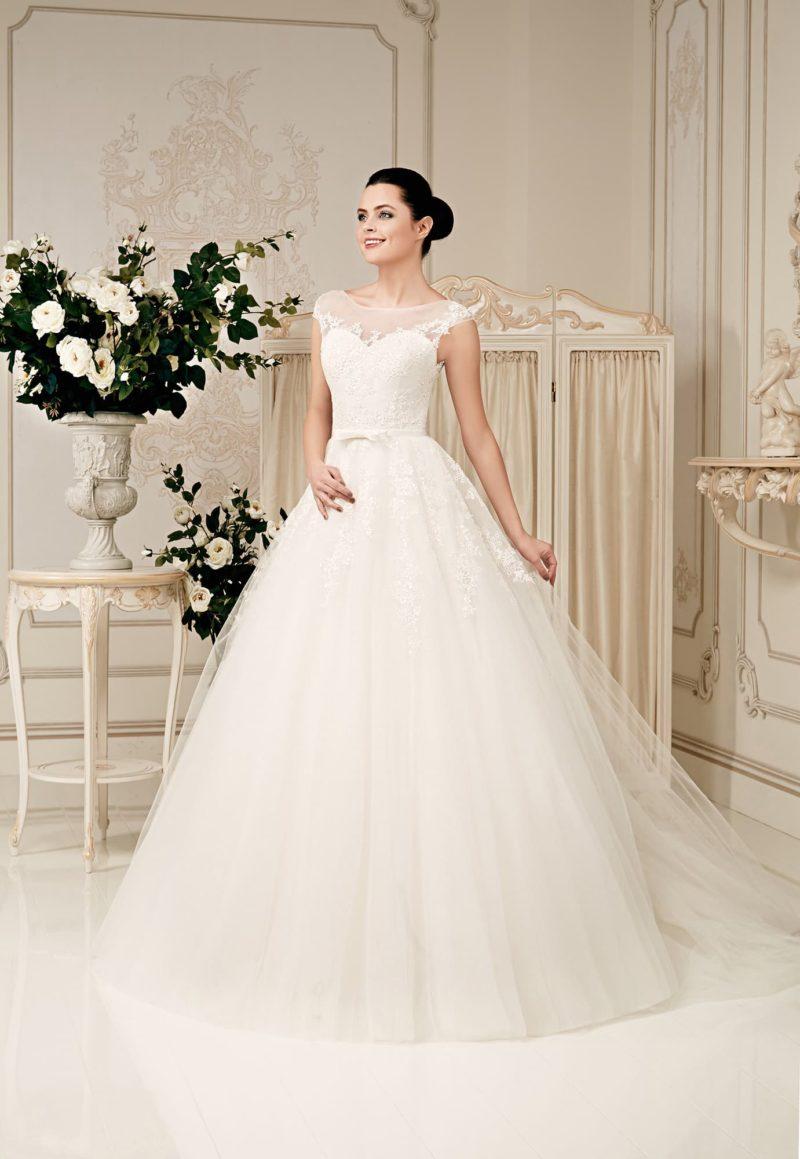 Свадебное платье «принцесса» с кружевным лифом, коротким рукавом и узким поясом на талии.