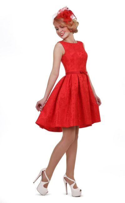 Закрытое вечернее платье алого цвета с короткой пышной юбкой.