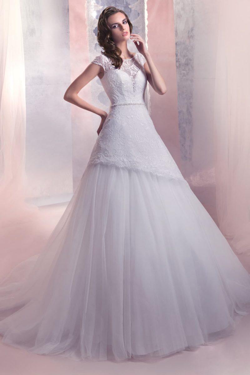 Свадебное платье «принцесса» с короткими кружевными рукавами и многослойной юбкой.