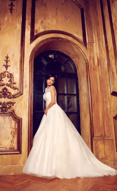 Закрытое свадебное платье с лифом-сердечком и полупрозрачной вставкой над декольте.