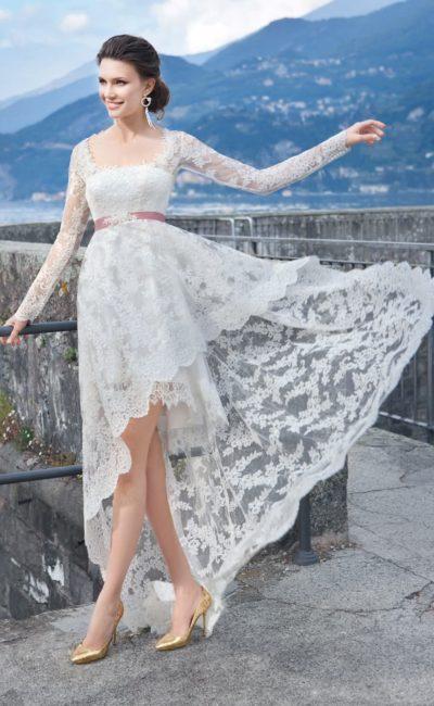 Оригинальное свадебное платье с широким цветным поясом и кружевной верхней юбкой, укороченной спереди.