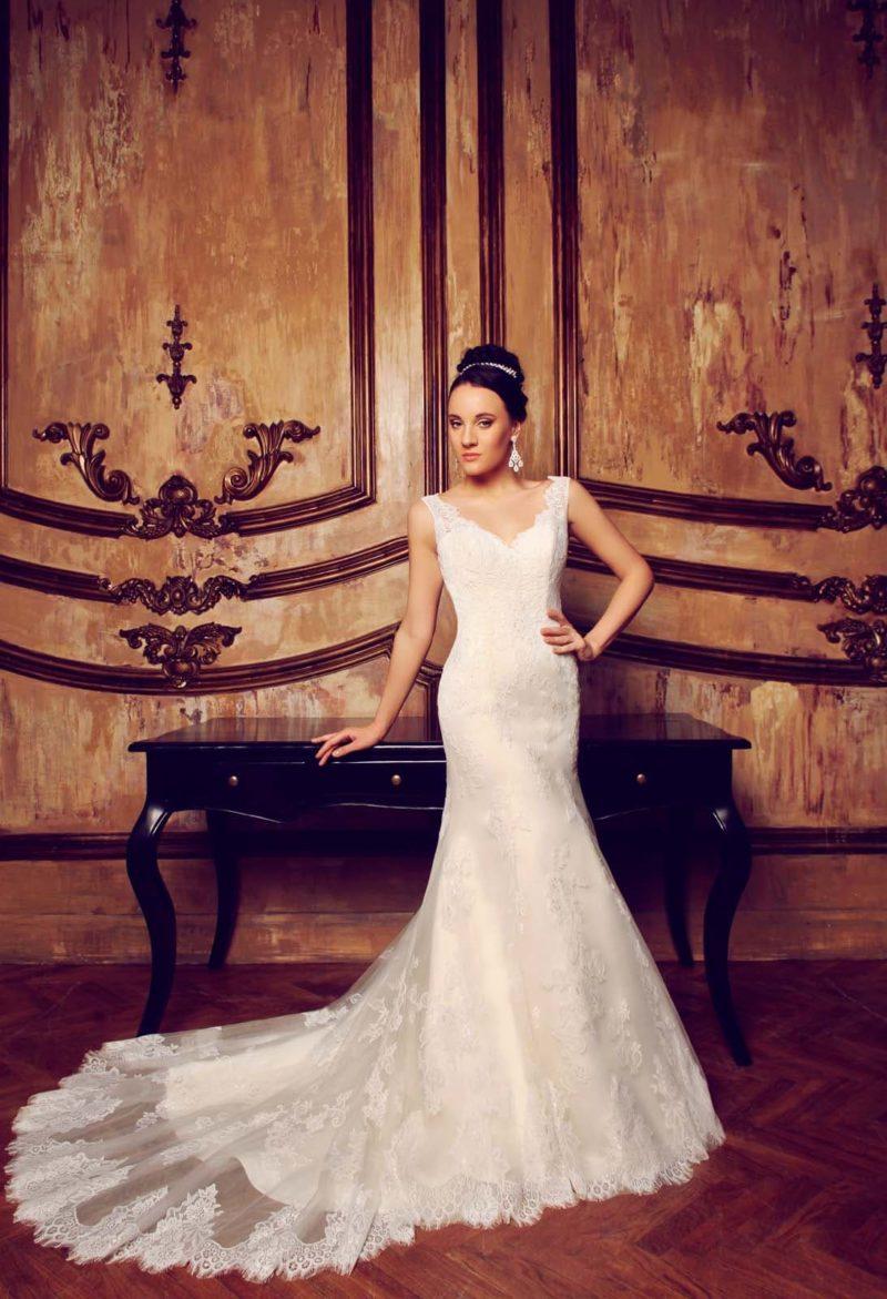 Облегающее свадебное платье «русалка» с кружевным V-образным вырезом.