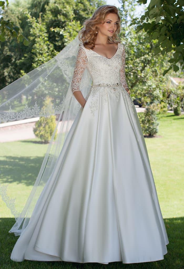 Атласное свадебное платье «принцесса» с V-образным вырезом и кружевным рукавом.