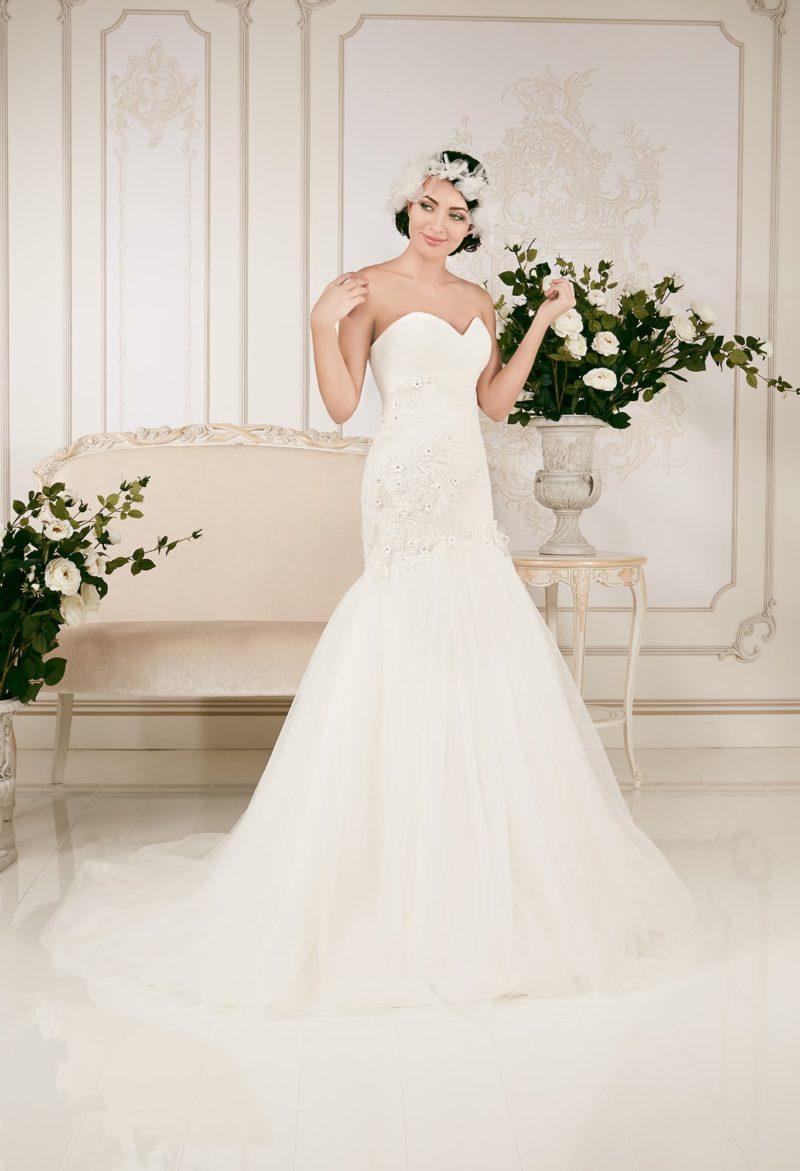 Открытое свадебное платье «русалка», романтично декорированное объемными аппликациями.