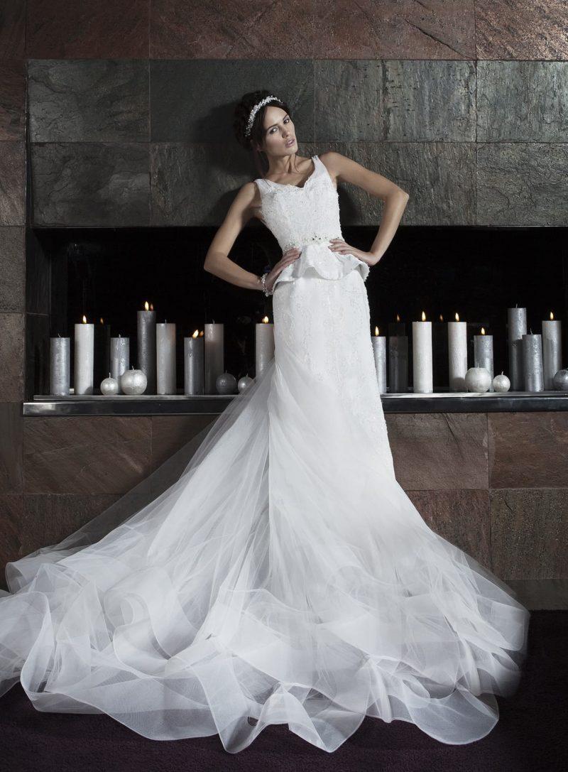 Изысканное свадебное платье с потрясающим многослойным шлейфом и короткой пышной баской.