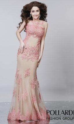 Чувственное розовое вечернее платье с бежевой подкладкой и облегающим прямым кроем.