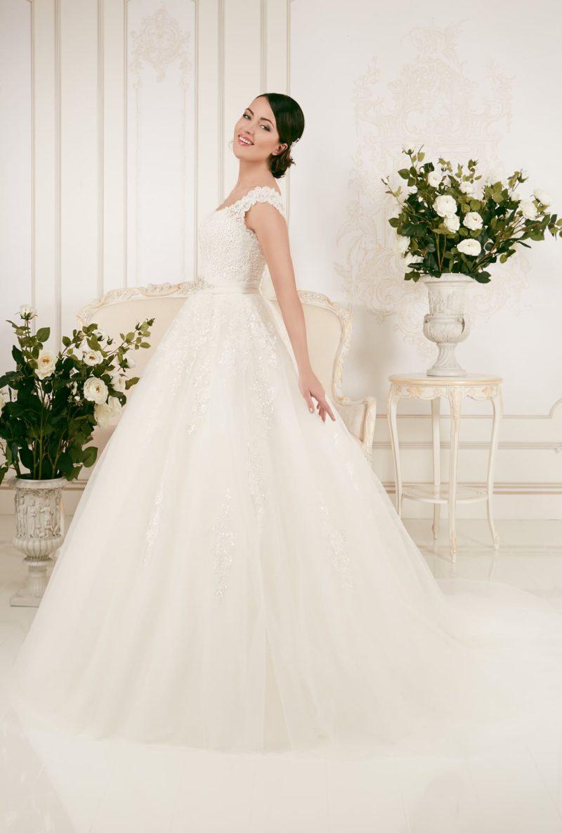 Пышное свадебное платье с романтичной полупрозрачной спинкой и кружевным корсетом.