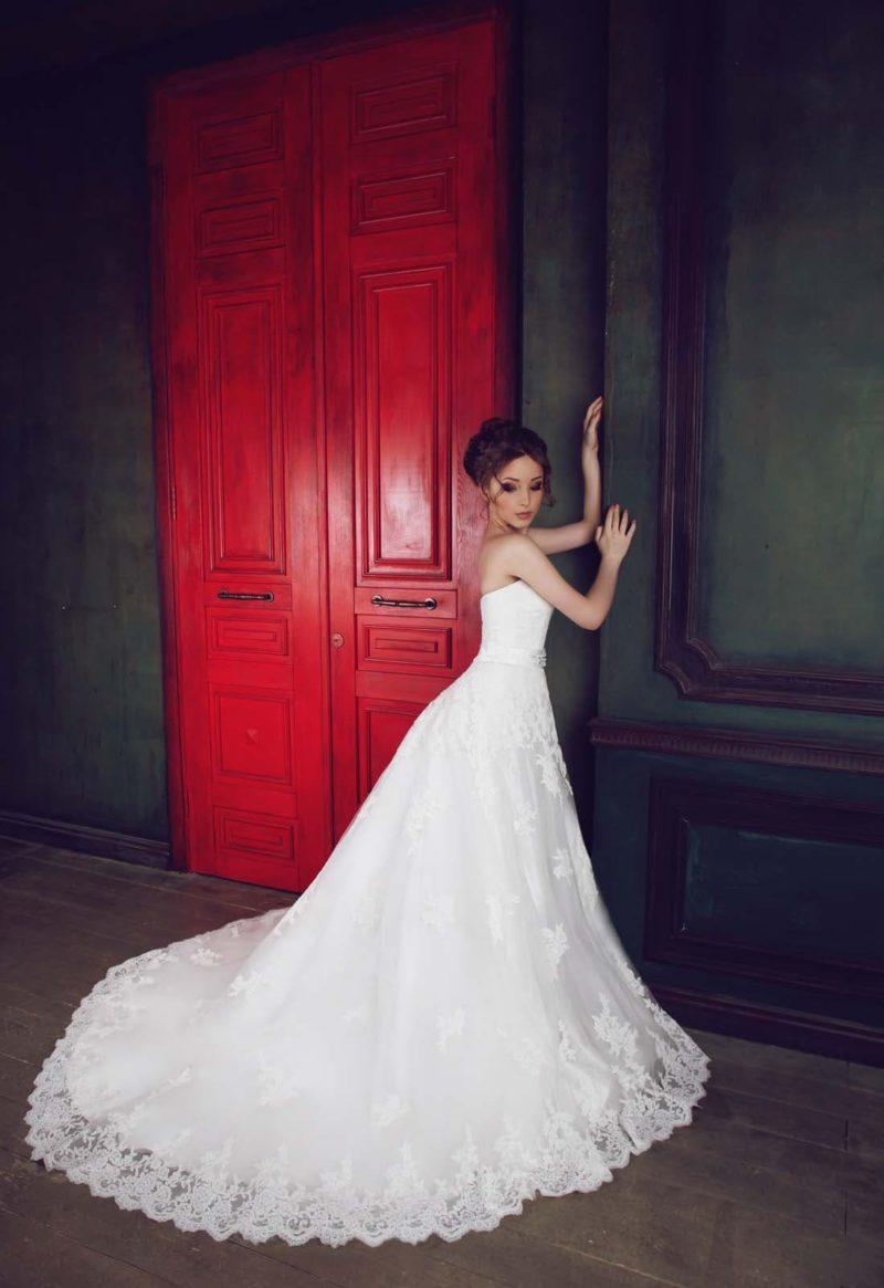 Свадебное платье пышного кроя с лифом в форме сердечка и кружевными аппликациями по подолу.