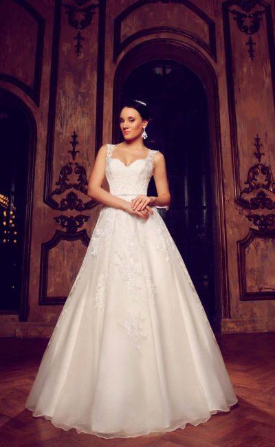 Великолепное свадебное платье «принцесса» с глянцевой подкладкой и кружевным декором.