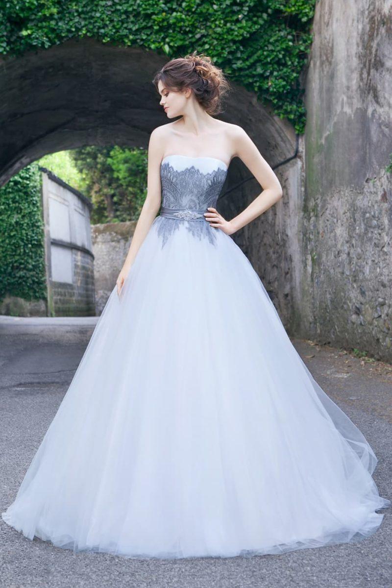 Очаровательное свадебное платье пышного кроя с синим кружевом на корсете.