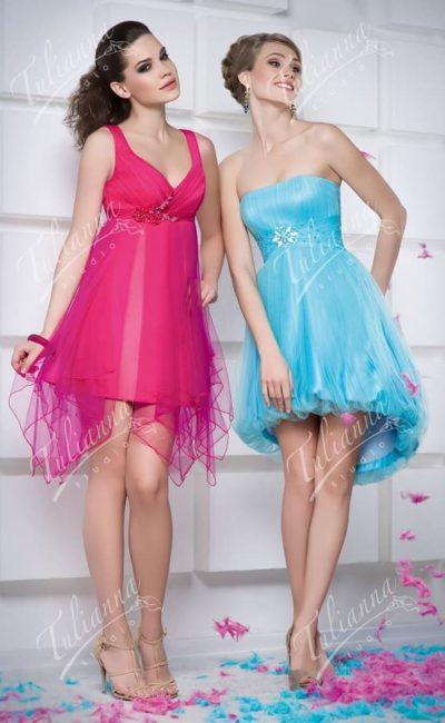 Эксцентричное вечернее платье с многослойной юбкой до колена.
