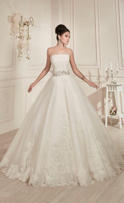 Свадебное платье с кружевной отделкой прямого лифа и широким поясом с вышивкой.