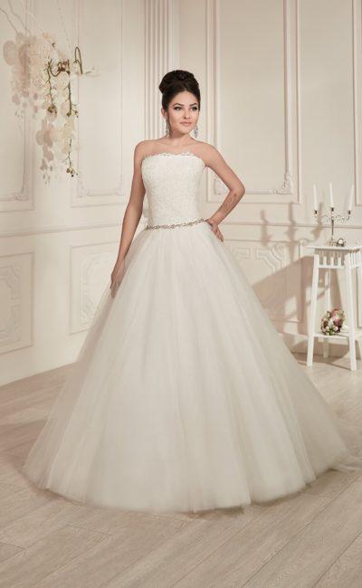 Свадебное платье «принцесса» с изысканным кроем декольте и бисерным поясом на линии талии.